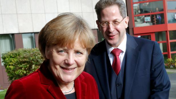 Angela Merkel, con Hans-Georg Maassen, el destituido jefe del servicio de inteligencia de Alemania
