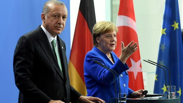 El presidente de Turquía, Recep Tayyip Erdogan (i), y la canciller alemana, Angela Merkel (d)