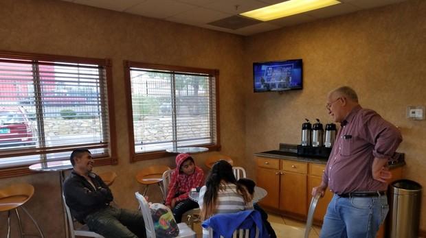 Rubén García conversa con una familias inmigrantes asistidas por Annunciation House en El Paso