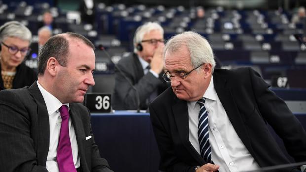 El candidato a la presidencia de la Comisión Europea (CE), el alemán Manfred Weber (i), conversa con el vicepresidente Rainer Wieland (d), del Partido Popular Europeo (PPE)