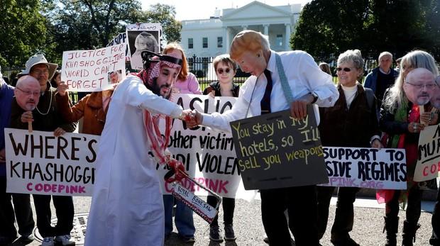 Manifestantes disfrazados como el príncipe heredero saudí, Mohammad bin Salman, y el presidente Trump protestan en el exterior de la Casa Blanca