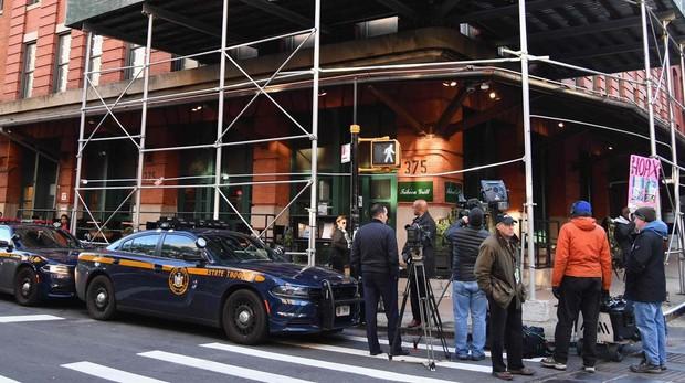 La Policía y la prensa frente al restaurante de Robert de Niro