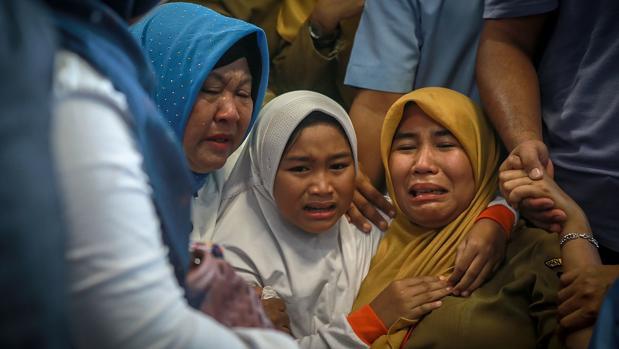 Familiares de los pasajeros del vuelo indonesio estrellado la última semana