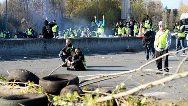 Manifestantes cortan el paso de una carretera en Francia