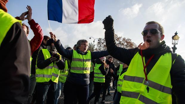 «Chalecos amarillos» protestan contra los precios del combustible en París