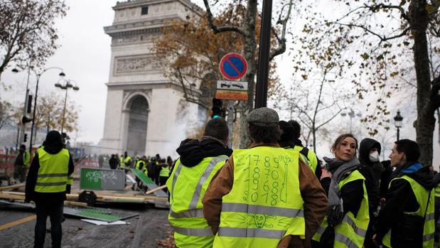 Los «chalecos amarillos» protestan en las inmediaciones del Arco de Triunfo