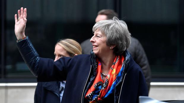 Theresa May, este sábado a su salida de la BBC, tras ser entrevistada