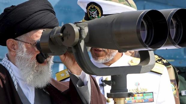 Jamenei, el líder supremo de Irán, mira por unos binoculares
