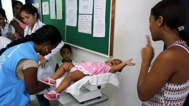 Una joven del programa Más Médicos atiende a una niña en el Estado de Pernambuco, en Brasil