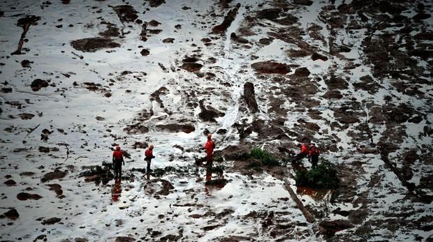Un grupo de rescate que continúa este sábado las labores de búsqueda de las víctimas del desastre en el estado de Minas Gerais