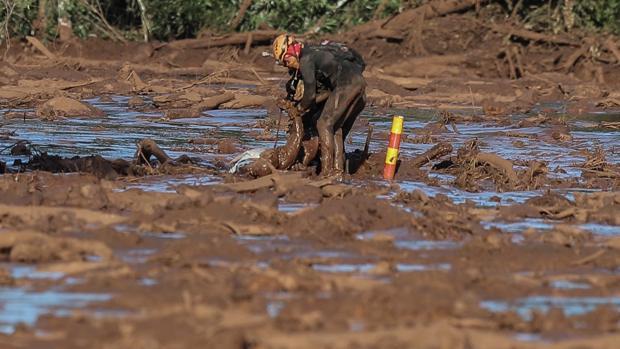 Bomberos sacan un cuerpo este domingo tras la rotura de represa de la compañía Vale en Minas Gerais (Brasil)