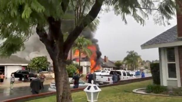 La caída de una avioneta en una vivienda de California produjo al menos cinco muertos