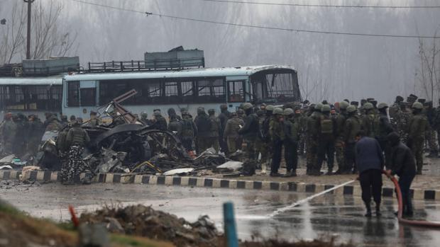 Varios policías observan el lugar en el que al menos 20 policías murieron y decenas más resultaron heridos