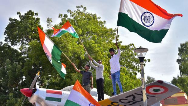 Indios celebran el ataque aéreo a Pakistán en reivindicación del atentado de Cachemira