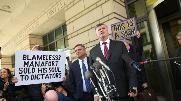 El abogado de Paul Manafort, a su llegada al tribunal de Washington