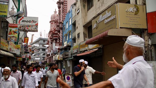 Bajo fuertes controles, la Mezquita Roja fue una de las pocas de Colombo que abrió el viernes de oración, acortado para evitar aglomeraciones que aviven la tensión religiosa