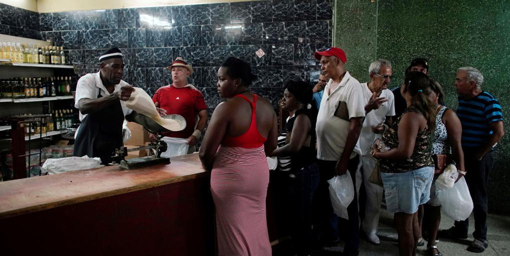 El régimen de Cuba amplía el racionamiento de alimentos y productos básicos