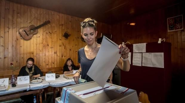 Una mujer vota en un colegio electoral en Praga
