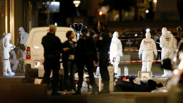 Oficiales de la policía forense inspeccionan el lugar del ataque, la semana pasada
