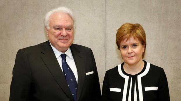 Nicola Sturgeon, líder del partido SPD, junto al cónsul español Vecino Quintana