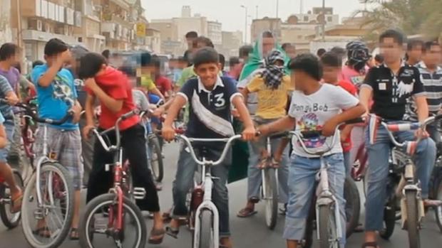 Murtaja Qureiris, en el centro de la imagen, en una captura del vídeo de 2011 difundido ayer