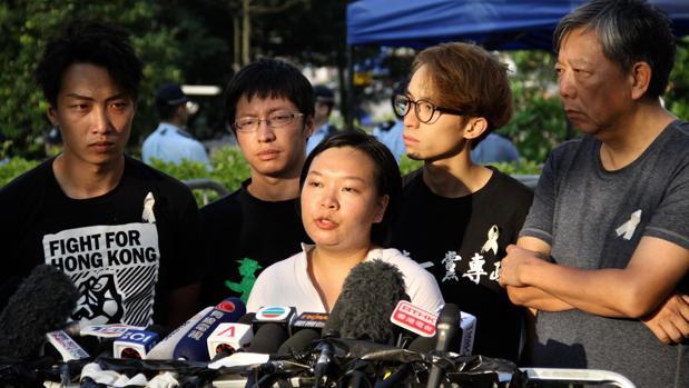 Bonnie Leung, en el centro, junto al resto de organizadores de las manifestaciones contra la ley de extradición a China