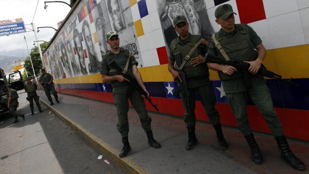 Imagen de archivo de un grupo de militares venezolanos en la frontera entre Colombia y Venezuela