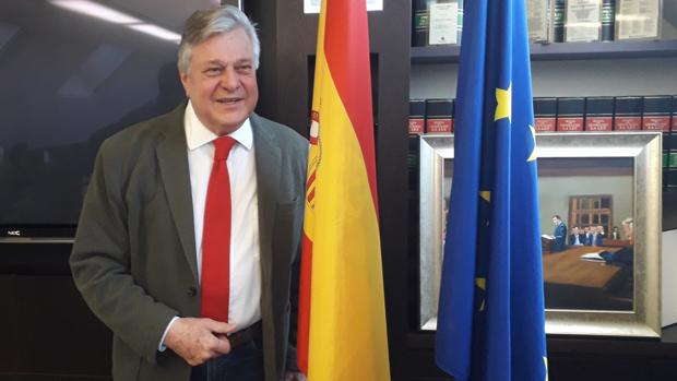 López Gil posa junto a las banderas de España y Europa tras la rueda de prensa en Madrid