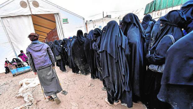 Familiares de yihadistas de Daesh presos en el campamento sirio de Al Hol