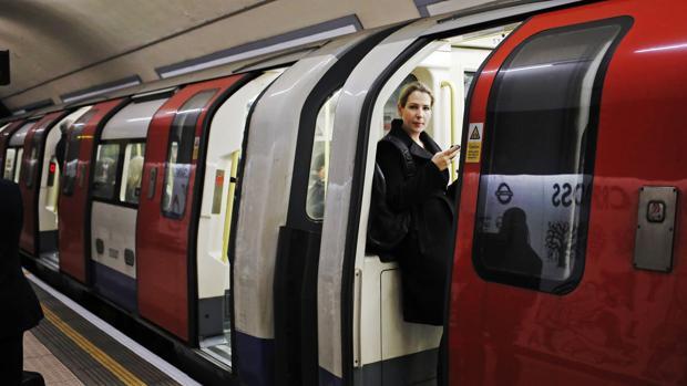Una mujer espera la salida del metro en una estación de Londres