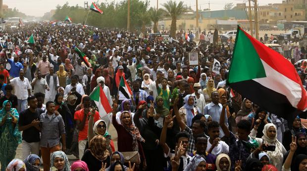 Decenas de miles de personas protestan en las calles de Jartum (Sudán) este domingo