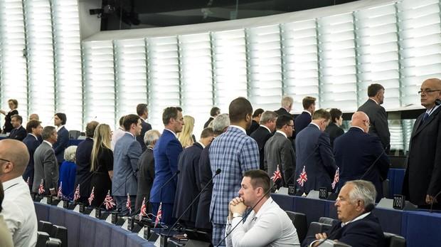 Eurodiputados británicos dan la espalda mientras suena el himno europeo en Estrasburgo
