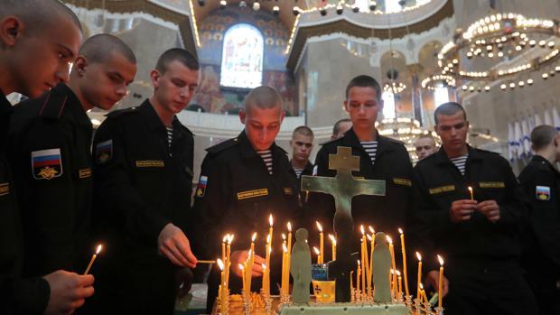 Militares rusos asisten a una ceremonia conmemorativa por los marineros muertos en un submarino