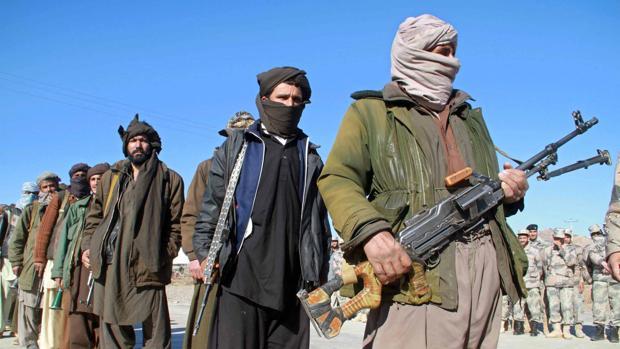 Varios talibanes entregan sus armas tras adherirse a un programa gubernamental de reintegración, en 2012