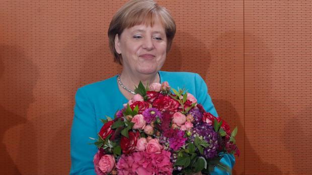 La canciller alemana, Ángel Merkel, tras recibir un ramo de flores de su gabinete esta mañana