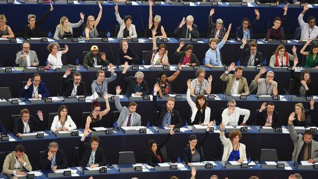 Diputados del Parlamento Europeo, votan durante la sesión plenaria este jueves