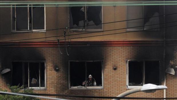 Un bombero revisa una habitación del edificio de Kioto Animation incendiado