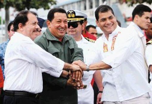 Daniel Ortega (izquierda), Hugo Chávez (centro) y Rafael Correa, en 2008