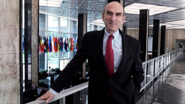 El enviado de Estados Unidos para Venezuela, Elliott Abrams, posa durante una entrevista en la sede del Departamento de Estado en Washington