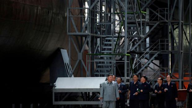 El líder de Corea del Norte, Kim Jong-un, presenta su nuevo submarino militar este martes