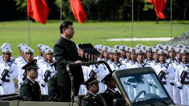 El presidente chino, Xi Jingping, pasa revista a un destacamento del Ejército Popular de Liberación, en 2017