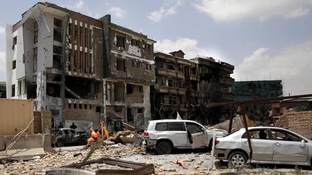 Efectivos de rescate trabajan en el lugar del atentado tras haber sido perpetrado