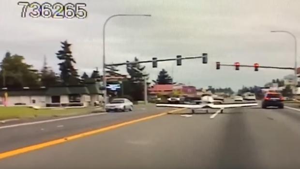 «Pensé que iba a caer sobre mí»: una avioneta aterriza de emergencia en una carretera de Washington