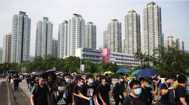 Cientos de manifestantes caminan por las calles de Hong Kong en el décimo fin de semana de protestas