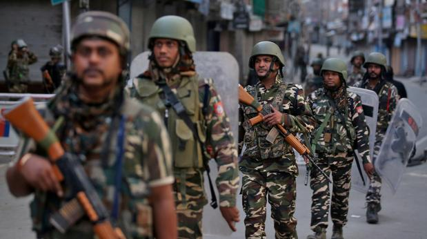 Soldados del Ejército indio patrullan una calle de Srinagar (Jammu y Cachemira) la semana pasada