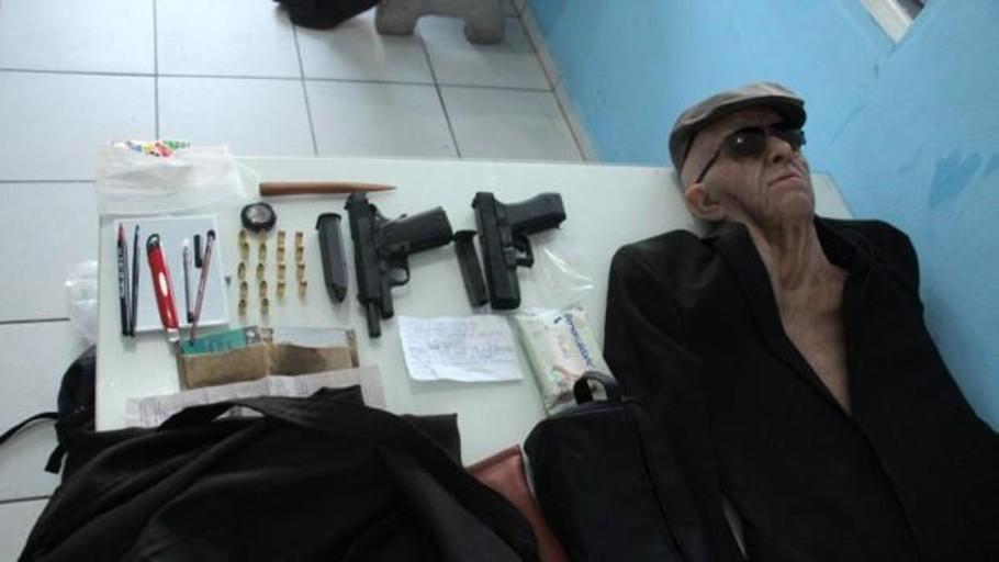 Un hombre intenta robar un banco disfrazado con una máscara de anciano