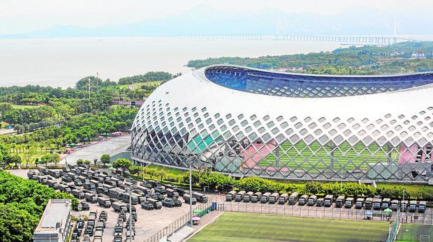 Vehículos militares aparcados en el centro deportivo de Shenzhen, a 30 km de Hong Kong