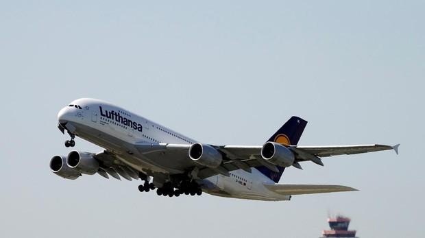 Airbus A380-841 de Lufthansa que despega del aeropuerto de Fráncfort (Alemania)