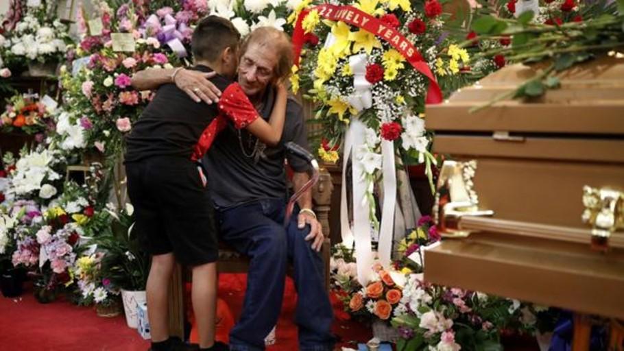Cientos de personas arropan al viudo de una víctima del tiroteo de El Paso que temía quedarse solo en el funeral