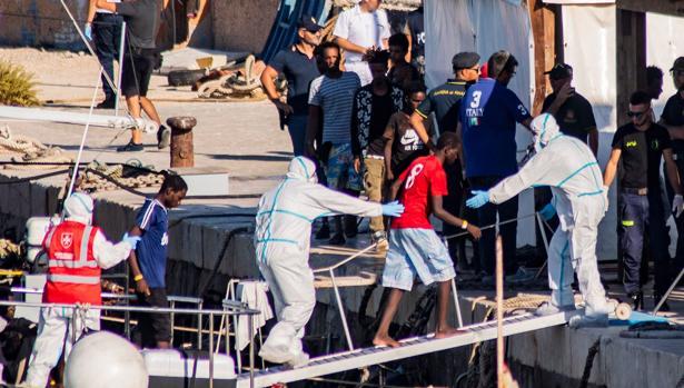 Los menores no acompañados del Open Arms desembarcan este sábado en la isla italiana de Lampedusa
